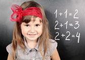 Dziewczyna w pobliżu tablica uczenia się matematyki — Zdjęcie stockowe