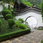 Circle entrance of Chinese garden in Hong Kong — Stock Photo #11376855
