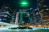 Moderno edificio de oficinas en centro de la ciudad por la noche — Foto de Stock