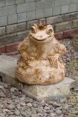 Лягушка с короной - парковая скульптура — Стоковое фото