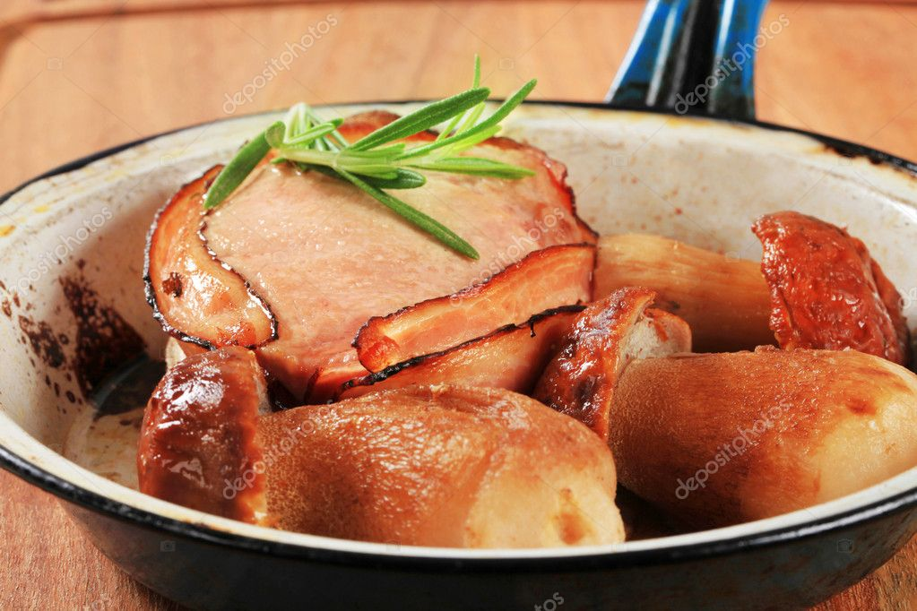 Bacon-wrapped pork fillet and mushrooms - detail — Stockfoto #10838146