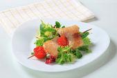魚の串とサラダの緑 — ストック写真