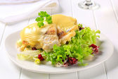 Cheese topped fish fillets with salad — Stock Photo