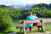 Elderly couple rests on bench — Stock Photo