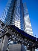 Monorotaia ai piedi di un alto edificio moderno — Foto Stock
