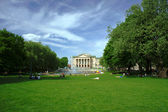 Park and fountain before opera house in Poznan — Stock Photo