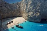 łodzie i wrak plaża na wyspie zakynthos — Zdjęcie stockowe