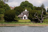 English Riverside Cottage — Stock Photo