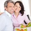 pareja almorzando en casa — Foto de Stock
