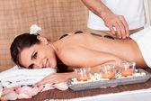 Mooie jonge vrouw krijgen van hete stenen therapie — Stockfoto