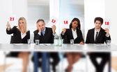 Panel de juges tenant mal marquer des signes — Photo