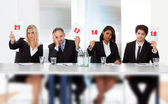Panel van rechters die slechte score tekenen — Stockfoto