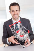 ビジネスマン開催ショッピング バスケット — ストック写真