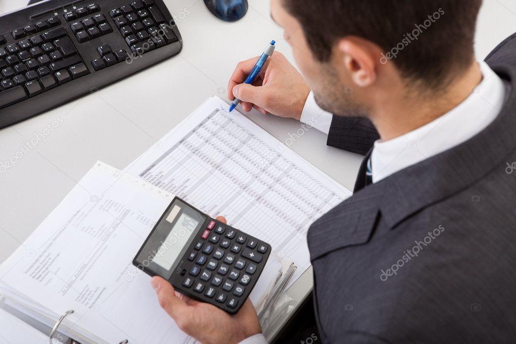 在办公室工作的会计师