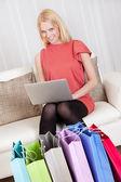 Mooie jonge vrouw kopen van kleren — Stockfoto