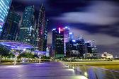 在晚上的新加坡城市天际线 — 图库照片