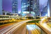Trafic avec flou léger à travers ville nuit — Photo
