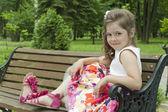 Kind op een bankje in het park — Stockfoto