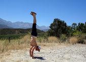 California alanında kir handstanding — Stok fotoğraf