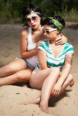 Dois adoráveis mulheres com tatuagens de óculos — Fotografia Stock