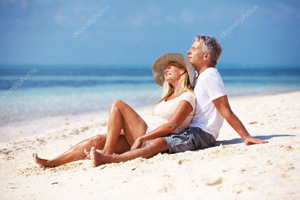 Full length of mature couple enjoying sunny day at beach — Stok fotoğraf #12149419
