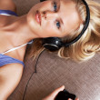 Pretty young woman listening music from cellphone - Foto Stock