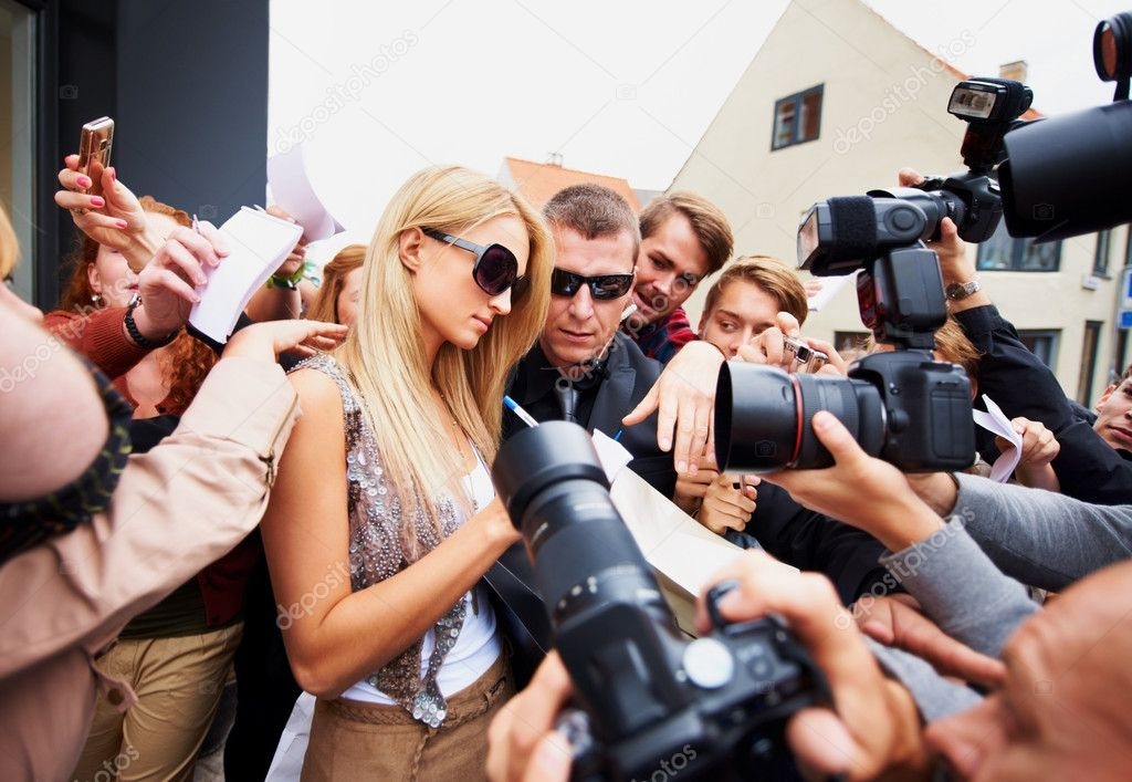 Beautiful celebrity taking time to meet with the press — Stock Photo #12154809