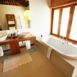 Neat and modern bathroom - 图库照片