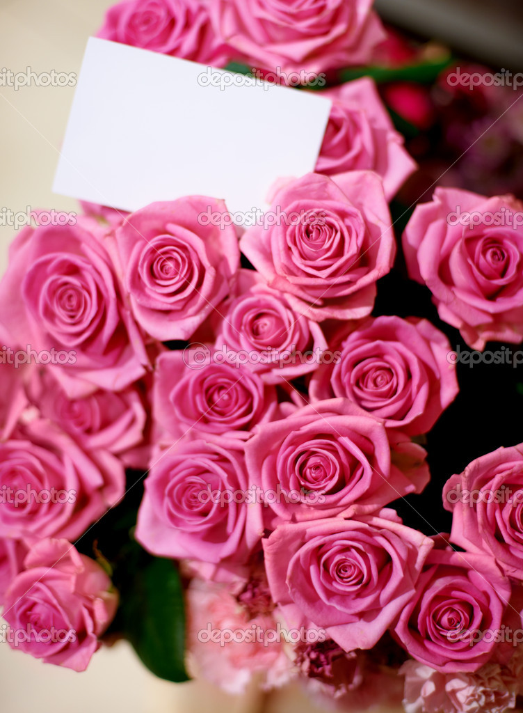 A beautiful bunch of roses with a blank card — Stok fotoğraf #12240087