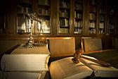 Dekorativní váhy spravedlnosti v knihovně — Stock fotografie