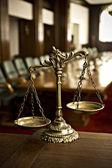 Dekorativní váhy spravedlnosti v soudní síni — Stock fotografie