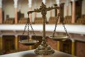 Váhy spravedlnosti v soudní síni — Stock fotografie