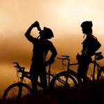 Mountain bike couple drinking — Stock Photo