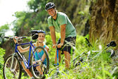 Cute mountain bike couple — Foto Stock