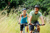 Mountainbike couple outdoors — Stock fotografie