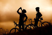 Mountain bike paar drinken — Stockfoto