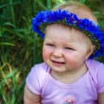 bonito menina infantil sentado na grama — Foto Stock