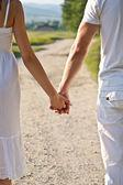 Pár drží ruce — Stock fotografie
