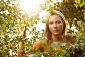 Kobieta lato zielony park — Zdjęcie stockowe