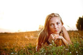 Młoda kobieta leżący — Zdjęcie stockowe