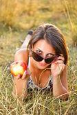 Güzel kadın bir çayır yalan — Stok fotoğraf