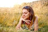 Piękna kobieta, leżąc na trawie — Zdjęcie stockowe
