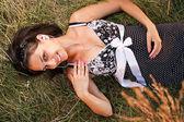 Kobieta, leżąc na trawie — Zdjęcie stockowe