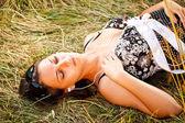 Młoda kobieta relaksujący — Zdjęcie stockowe