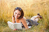 Mujer leyendo un libro — Foto de Stock