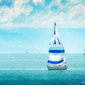 Belo iate no mar. — Fotografia Stock