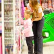 Mother and daughter shopping — Lizenzfreies Foto