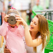 Mother and daugher in supermarket — Stock Photo