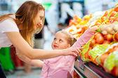 Anne ve kızı alışveriş — Stok fotoğraf