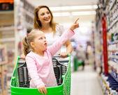母亲和女儿在超市 — 图库照片